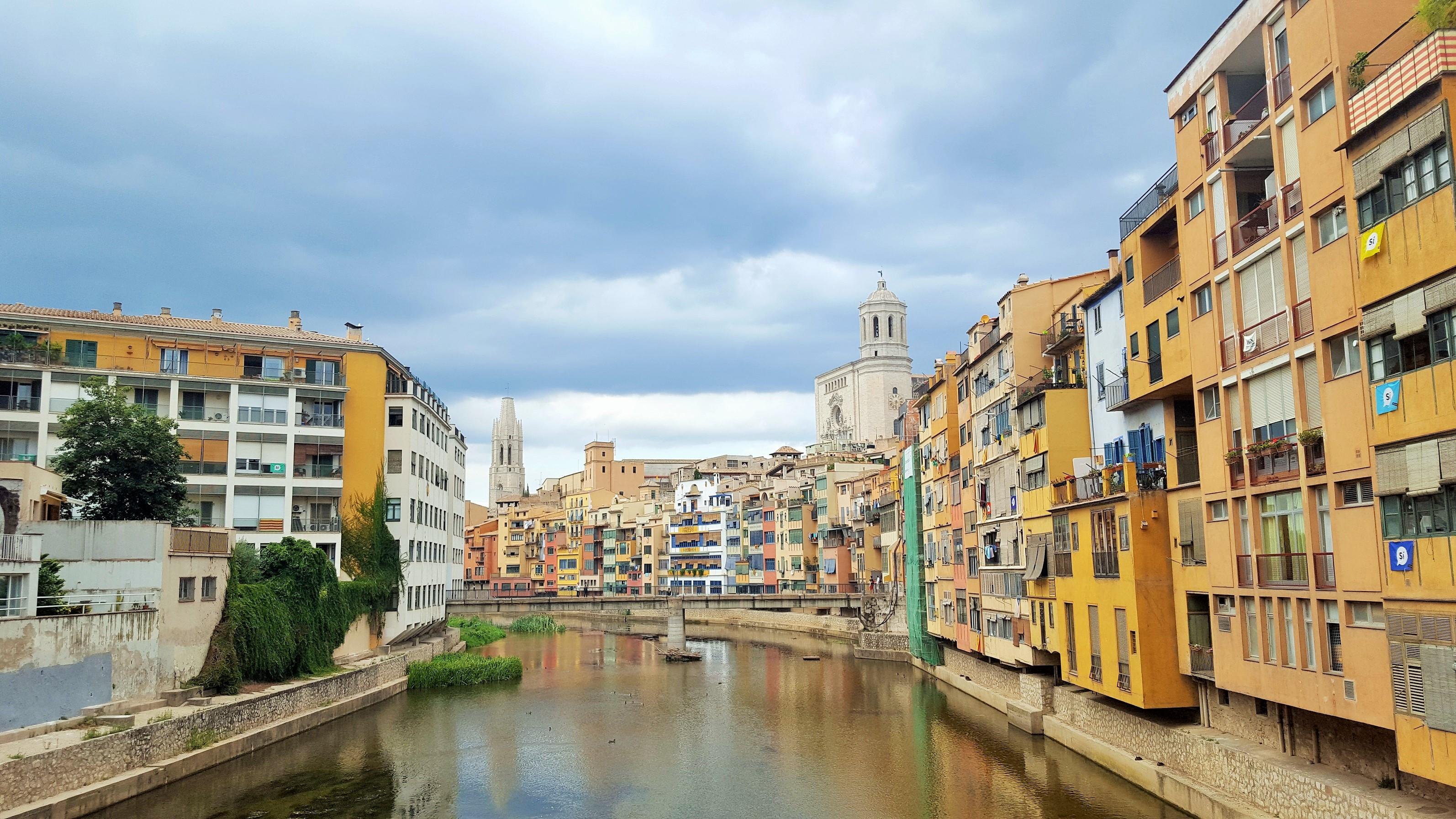 Girona z jej rzeką Onyar